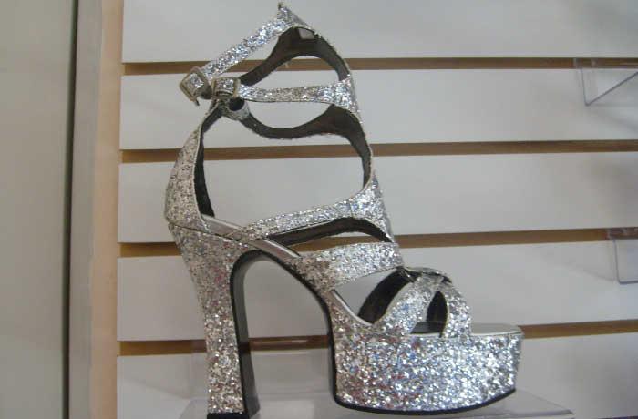 093d04c40 Sapatos e sandálias com vários tamanhos de salto e com plataforma feito a  mão em verniz, pelica e camurça. São modelos diferentes de calçados para  dança de ...